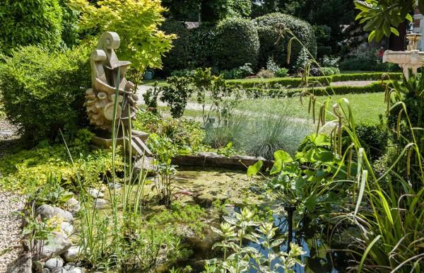 Vue extérieure du jardin japonais de l'Oustal